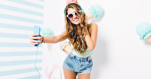 Chica_grabando_selfie